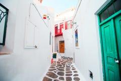 De smalle straten van Grieks eiland met witte balkons, treden en kleurrijke deuren De mooie Architectuurbouw Stock Fotografie