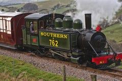 De smalle trein die van de maatstoom in Woody Bay, Devon aankomen royalty-vrije stock afbeeldingen
