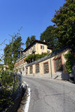 De smalle weg aan Brunate-stad stock fotografie