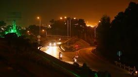De smalle weg met auto's bij nacht Lang Ha stock video