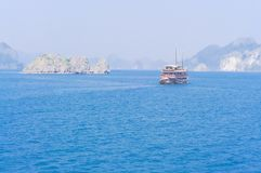De smaragdgroene wateren en de torenhoge kalksteeneilanden in Ha snakken Baai, Vi stock fotografie