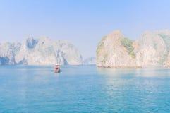 De smaragdgroene wateren en de torenhoge kalksteeneilanden in Ha snakken Baai, Vi royalty-vrije stock foto's
