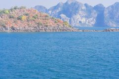 De smaragdgroene wateren en de torenhoge kalksteeneilanden in Ha snakken Baai, Vi royalty-vrije stock foto