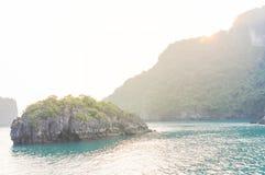 De smaragdgroene wateren en de torenhoge kalksteeneilanden in Ha snakken Baai, Vi royalty-vrije stock fotografie