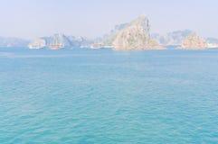 De smaragdgroene wateren en de torenhoge kalksteeneilanden in Ha snakken Baai, Vi royalty-vrije stock afbeelding