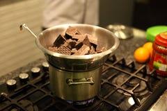 De smeltende chocolade van de Benmaristijl op de oven royalty-vrije stock afbeelding