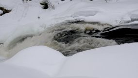 De smeltende rivierstroom leidt tot schuimende stroomversnelling sluit mening stock video