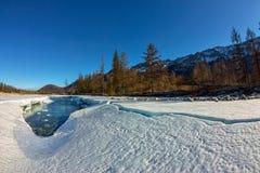 De smeltingen van het gletsjerijs in de lente op de rivier in de bergen Royalty-vrije Stock Foto's