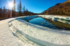 De smeltingen van het gletsjerijs in de lente op de rivier in de bergen Royalty-vrije Stock Afbeelding