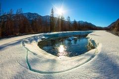 De smeltingen van het gletsjerijs in de lente op de rivier in de bergen Royalty-vrije Stock Foto
