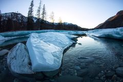 De smeltingen van het gletsjerijs in de lente op de rivier in de bergen Stock Afbeelding