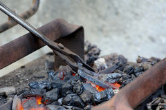 De smid gesmede afstraffing van de ijzer traditionele hamer stock afbeelding