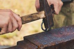 De smid gesmede afstraffing van de ijzer traditionele hamer stock foto's