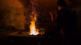 De smid verwarmt het metaal aan de vlam stock footage