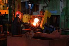 De smid verwerkt het ijzerproduct onder een reusachtige pers, het smeden metaal, het stempelen royalty-vrije stock foto