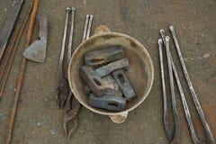 De smids` s hulpmiddelen zijn hamers en scharen Stock Afbeeldingen