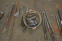 De smids` s hulpmiddelen zijn hamers en scharen Stock Fotografie