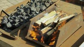 In de smidse, worden de metaalspaties verwarmd op steenkolen in de oven stock videobeelden