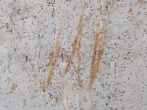 De smutsiga red ut väggarna skrapas i apelsin arkivbilder