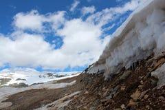De snöig bergen av Altay Arkivbilder