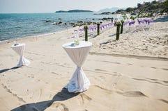 De snack, Glazen dient het verfraaien met witte doek op het strand in, het trefpuntachtergrond van het strandhuwelijk stock afbeelding