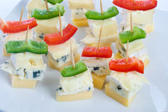 De snacks van de kaas met drie soorten kaas Royalty-vrije Stock Afbeeldingen