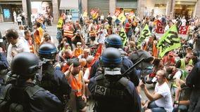 De SNCF-de werknemers protesteren arbeiders op Franse straat stock footage