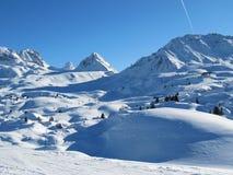 De sneeuw behandelde alpiene scène Stock Afbeeldingen