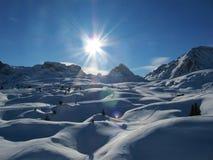 De sneeuw behandelde alpiene scène Stock Foto's