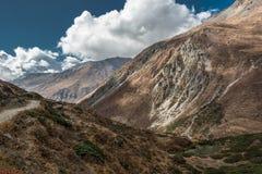 De sneeuw behandelde bergbovenkant in wolken wordt overspoeld die Royalty-vrije Stock Foto