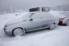 De sneeuw behandelde bevroren auto Stock Afbeelding