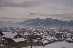 De sneeuw behandelde dorp, Vama, Bucovina Royalty-vrije Stock Fotografie