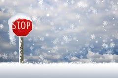 De sneeuw behandelde eindeteken in de sneeuw Stock Foto