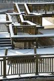 De sneeuw behandelde houten brug Stock Afbeelding