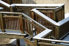 De sneeuw behandelde houten brug Royalty-vrije Stock Foto