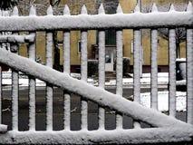 De sneeuw behandelde Houten Piketomheining Abstract & x28; WinterGate& x29; Stock Fotografie