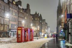 De sneeuw behandelde Koninklijke Mijl in Edinburgh op een Mistige de Winterdag royalty-vrije stock foto's