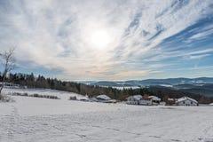 De sneeuw behandelde Landschap van Beiers bos met mening aan de alpen, Beieren, Duitsland royalty-vrije stock fotografie