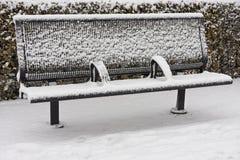 De sneeuw behandelde lege bank Stock Afbeeldingen