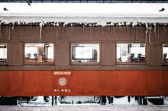 De sneeuw behandelde oranje uitstekende Trein van Tsugaru-spoorlijn bij Gos Stock Afbeelding