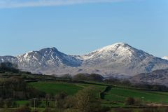 De sneeuw behandelde pieken Zuid- van het Lake District stock foto