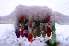 De sneeuw behandelde pinnen op een sneeuw behandelde achtergrond stock foto