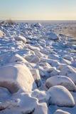 De sneeuw behandelde rotsen bij de kusten van de Oostzee, noordelijk Scandinavië Royalty-vrije Stock Foto