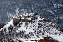 De sneeuw behandelde ruïnes van een vestingwerk, Roemenië Stock Afbeeldingen