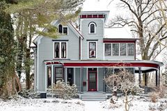 De sneeuw behandelde Victoriaans Italianate-Huis royalty-vrije stock foto's