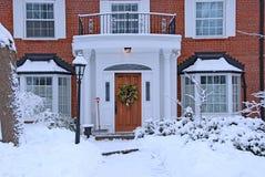 De sneeuw behandelde vooryard stock foto