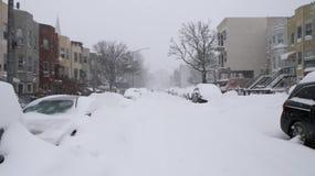 De sneeuw behandelde woonstraat Royalty-vrije Stock Afbeeldingen