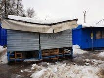 De sneeuw brak het dak van een opslag of een box in de winter of de lente stock foto's