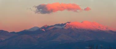 De sneeuw caped berg gluurt stock fotografie