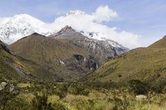 De sneeuw caped bergen in het Nationale Park van Huascaran stock afbeelding